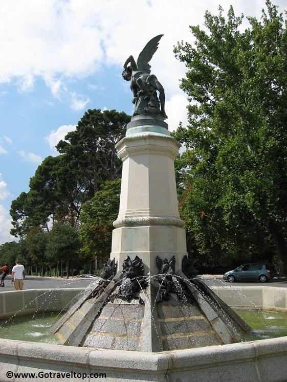 Estatua del Angel Caído en el Parque del Retiro de Madrid